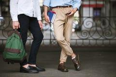 Αρσενικά μοντέρνα πρότυπα Σπουδαστές μόδας υπαίθρια Στοκ εικόνα με δικαίωμα ελεύθερης χρήσης