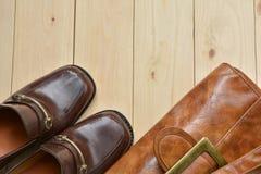 Αρσενικά παπούτσια δέρματος με την τσάντα δέρματος στο ξύλινο υπόβαθρο Στοκ φωτογραφία με δικαίωμα ελεύθερης χρήσης