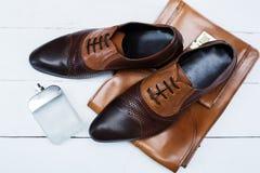 Αρσενικά παπούτσια με την τσάντα και το άρωμα Στοκ εικόνα με δικαίωμα ελεύθερης χρήσης
