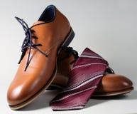 Αρσενικά παπούτσια με το δεσμό στοκ φωτογραφία
