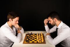 Αρσενικά που παίζουν το σκάκι Στοκ εικόνα με δικαίωμα ελεύθερης χρήσης