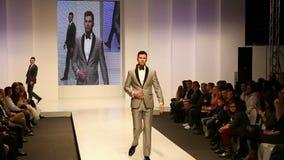 Αρσενικά πρότυπα μόδας που φορούν τα κοστούμια απόθεμα βίντεο