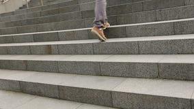 Αρσενικά πόδια που φορούν τα πάνινα παπούτσια που δημιουργούν τα σκαλοπάτια, σπουδαστής που περπατούν στο πανεπιστήμιο φιλμ μικρού μήκους