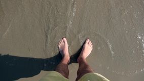 Αρσενικά πόδια στην παραλία στην παραλία φιλμ μικρού μήκους