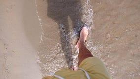 Αρσενικά πόδια στην παραλία στην παραλία απόθεμα βίντεο