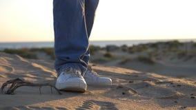 Αρσενικά πόδια κινηματογραφήσεων σε πρώτο πλάνο που ντύνονται στο χορό τζιν και πάνινων παπουτσιών υπαίθριο απόθεμα βίντεο