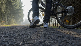 Αρσενικά πόδια με το ποδήλατο Στοκ Φωτογραφία
