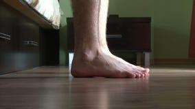 Αρσενικά πόδια που ξεπερνούν το κρεβάτι απόθεμα βίντεο