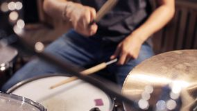 Αρσενικά τύμπανα και κύμβαλα παιχνιδιού μουσικών στη συναυλία απόθεμα βίντεο