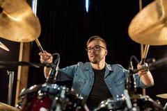 Αρσενικά τύμπανα και κύμβαλα παιχνιδιού μουσικών στη συναυλία Στοκ εικόνα με δικαίωμα ελεύθερης χρήσης