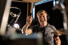 Αρσενικά τύμπανα και κύμβαλα παιχνιδιού μουσικών στη συναυλία Στοκ εικόνες με δικαίωμα ελεύθερης χρήσης