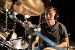 Αρσενικά τύμπανα και κύμβαλα παιχνιδιού μουσικών στη συναυλία Στοκ φωτογραφία με δικαίωμα ελεύθερης χρήσης