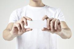 Αρσενικά χέρια κινηματογραφήσεων σε πρώτο πλάνο που κρατούν την παρουσίαση πλαστικής κάρτας Κενό διάστημα για το σχεδιάγραμμα σχε Στοκ φωτογραφία με δικαίωμα ελεύθερης χρήσης