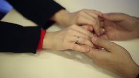 Αρσενικά χέρια που αγκαλιάζουν τα χέρια μιας γυναίκας απόθεμα βίντεο