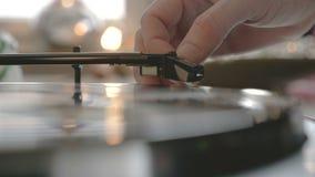 Αρσενικά χέρια που βάζουν μια βελόνα σε ένα αρχείο απόθεμα βίντεο