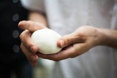 Αρσενικά χέρια που ζυμώνουν τη ζύμη Στοκ εικόνες με δικαίωμα ελεύθερης χρήσης
