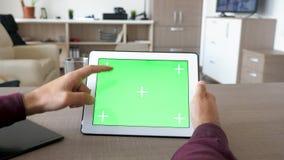Αρσενικά χέρια που κρατούν ένα ψηφιακό PC ταμπλετών και σχετικά με την οθόνη με μια χλεύη χρώματος επάνω απόθεμα βίντεο