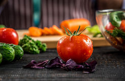 Αρσενικά χέρια που κόβουν τα λαχανικά για τη σαλάτα Στοκ Εικόνα