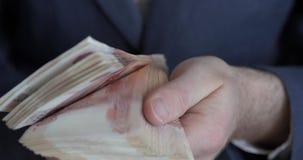 Αρσενικά χέρια που μετρούν τα χρήματα Ρωσικά τραπεζογραμμάτια χρημάτων 5.000 ρουβλιών φιλμ μικρού μήκους