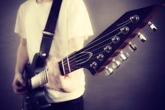 Αρσενικά χέρια που παίζουν την ηλεκτρική κιθάρα Στοκ Φωτογραφίες