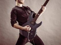 Αρσενικά χέρια που παίζουν την ηλεκτρική κιθάρα Στοκ εικόνες με δικαίωμα ελεύθερης χρήσης