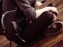 Αρσενικά χέρια που παίζουν την ηλεκτρική κιθάρα Στοκ Εικόνες