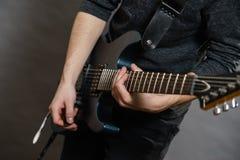 Αρσενικά χέρια που παίζουν την ηλεκτρική κιθάρα Στοκ φωτογραφίες με δικαίωμα ελεύθερης χρήσης