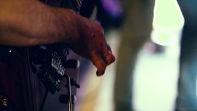 Αρσενικά χέρια που παίζουν την πάλη κιθάρων closeup απόθεμα βίντεο