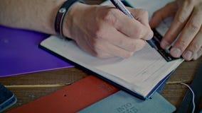 Αρσενικά χέρια που σύρουν το σκίτσο στο σημειωματάριο Γραμμή σχεδίων ατόμων με το μολύβι και τον κυβερνήτη απόθεμα βίντεο
