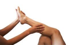Αρσενικά χέρια που τρίβουν το θηλυκό πόδι Στοκ φωτογραφίες με δικαίωμα ελεύθερης χρήσης