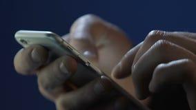 Αρσενικά χέρια που χρησιμοποιούν την εφαρμογή smartphone, κάνοντας σερφ Διαδίκτυο, texting μήνυμα φιλμ μικρού μήκους