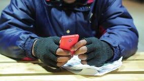 Αρσενικά χέρια που χρησιμοποιούν το κινητό τηλέφωνο σύγχρονες τεχνολογίες Εξάρτηση στις συσκευές απόθεμα βίντεο