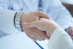 Αρσενικά χέρια τινάγματος γιατρών με τον ασθενή Συνεργασία, εμπιστοσύνη και ιατρική έννοια ηθικής Χειραψία με το ικανοποιημένο πε στοκ εικόνα με δικαίωμα ελεύθερης χρήσης