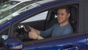 Αρσενικά χαμόγελα πελατών από μέσα από το αυτοκίνητο απόθεμα βίντεο
