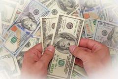 Αρσενικά χρήματα εκμετάλλευσης χεριών, μουτζουρωμένη επίδραση Στοκ Φωτογραφίες