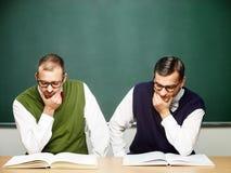 Αρσενικά nerds που διαβάζουν τα βιβλία Στοκ Φωτογραφία