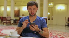 Αρσενικές να τυλίξει τουριστών ιστοσελίδας στο smartphone, που ψάχνει τις νέες θέσεις που επισκέπτονται απόθεμα βίντεο