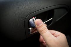 Αρσενικές πόρτες κλειδώματος κουμπιών οδηγών πιέζοντας στο αυτοκίνητο Στοκ Εικόνα