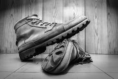 Αρσενικές militarly μπότες δέρματος ύφους, χρησιμοποιημένα αρσενικά παπούτσια μόδας στο φ Στοκ Φωτογραφίες