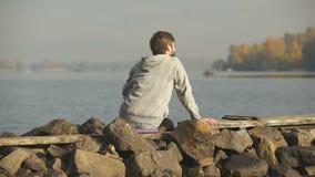 Αρσενική άποψη, μοναξιά και περισυλλογή ποταμών απόλαυσης, που βρίσκουν την έμπνευση, γιόγκα φιλμ μικρού μήκους