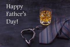 """Αρσενική έννοια για ημέρα πατέρων \ τη """"s Δεσμός, ρολόγια, μανικετόκουμπα και ένα ποτήρι του ουίσκυ με τον πάγο Εγγραφή - ευτυχές στοκ φωτογραφία με δικαίωμα ελεύθερης χρήσης"""