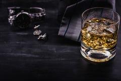 """Αρσενική έννοια για ημέρα πατέρων \ τη """"s Δεσμός, ρολόγια, μανικετόκουμπα και ένα ποτήρι του ουίσκυ με τον πάγο στοκ φωτογραφία με δικαίωμα ελεύθερης χρήσης"""