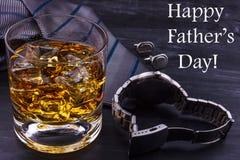 Αρσενική έννοια για την ημέρα του πατέρα Δεσμός, ρολόγια, μανικετόκουμπα και ένα ποτήρι του ουίσκυ με τον πάγο Εγγραφή - ημέρα το στοκ εικόνες με δικαίωμα ελεύθερης χρήσης