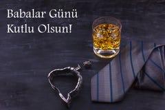 Αρσενική έννοια για την ημέρα του πατέρα Δεσμός, ρολόγια, μανικετόκουμπα και ένα ποτήρι του ουίσκυ με τον πάγο Εγγραφή στην τουρκ στοκ εικόνα