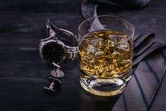 Αρσενική έννοια για την ημέρα του πατέρα Δεσμός, ρολόγια, μανικετόκουμπα και ένα ποτήρι του ουίσκυ με τον πάγο στοκ φωτογραφίες