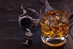 Αρσενική έννοια για την ημέρα του πατέρα Δεσμός, ρολόγια, μανικετόκουμπα και ένα ποτήρι του ουίσκυ με τον πάγο στοκ εικόνες με δικαίωμα ελεύθερης χρήσης