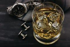 Αρσενική έννοια για την ημέρα του πατέρα Δεσμός, ρολόγια, μανικετόκουμπα και ένα ποτήρι του ουίσκυ με τον πάγο στοκ φωτογραφία
