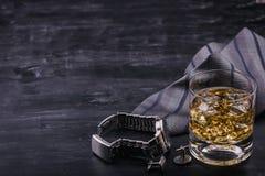 Αρσενική έννοια για την ημέρα του πατέρα Δεσμός, ρολόγια, μανικετόκουμπα και ένα ποτήρι του ουίσκυ με τον πάγο στοκ φωτογραφίες με δικαίωμα ελεύθερης χρήσης