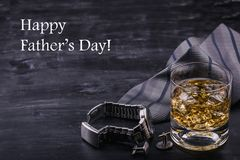 Αρσενική έννοια για την ημέρα του πατέρα Δεσμός, ρολόγια, μανικετόκουμπα και ένα ποτήρι του ουίσκυ με τον πάγο Εγγραφή - ημέρα το στοκ εικόνες