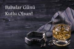 Αρσενική έννοια για την ημέρα του πατέρα Δεσμός, ρολόγια, μανικετόκουμπα και ένα ποτήρι του ουίσκυ με τον πάγο Εγγραφή στην τουρκ στοκ φωτογραφία